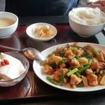 中華料理 虎哲 - 蒜苗鶏丁 (ニンニクの芽ととり肉の炒め)