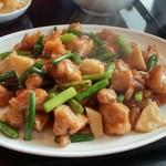 中華料理 虎哲 - 蒜苗鶏丁 (ニンニクの芽ととり肉の炒め) アップ