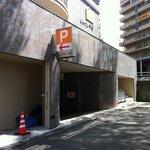7415733 - 駐車場入口。入ってすぐの右側3つ。
