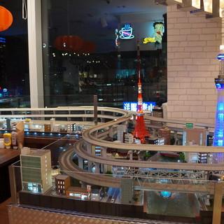 店内には総距離400メートルの巨大な鉄道模型のジオラマ