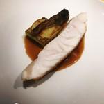 アルゴリズム - 高知県のアラ(クエ)海の上で瞬間神経じめ。素材と技術の結晶、虹色の火入れ(キュイッソンナクレ)です。ソースや付け合わせの茄子、ペアリングの出汁のスープと松茸も最高でした。