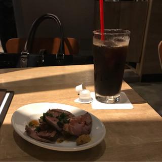 PRONTO CIAL桜木町店 - アイスコーヒーと切り落としローストビーフ。 税込1090円。 旨し。