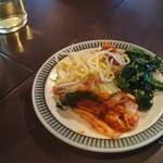 74159444 - 豚肉餃子ランチのナムルとキムチ