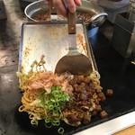 長田本庄軒 - 特盛(ぼっかけ3倍) ぼっかけ焼きそば 並 720円  鉄板の上で食べるぼっかけ焼きそばはメチャウマ!