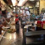 長田本庄軒 - 店内はL字カウンターのみ 雰囲気良いです! 沢山のお客さんと鉄板の上で焼きそば食べるシュチュエーションは初めて!