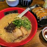ラーメン 龍の家 - 「とんこつ純味」(630円)+Aランチ 餃子5ヶ(+150円)。