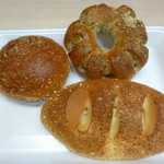 ママベーカリー - 料理写真:淡路島玉ねぎカレードーナツ、セサミ&ベーコンリング、チーズフォンデュパン