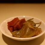 京華飯店 - 割り大根の醤油漬けとザーサイの盛合せアップ