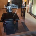 小布施堂本店 - 外から見えました! テーブル席です!