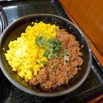 山薬 清流庵 - そぼろ小丼(¥300)。麦とろの店だから、ごはんは麦飯なんです