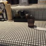 麺処 蛇の目屋 - カウンター席(紙ナプキン支給)