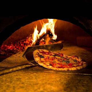 職人が薪窯で焼き上げるミラノピッツァ