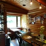 アロマテラス - 入口からすぐのカフェスペース
