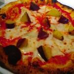 74198030 - サツマイモとゴルゴンゾーラとトマトのピッツァ