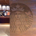 スターバックスコーヒー - 店舗入口付近。例のロゴマークが待ち構えている。