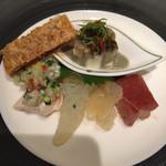 74201817 - 中国飯店式前菜の盛り合わせ                       クラゲの頭、蒸し鶏のネギソース、蜂蜜叉焼、三種野菜の湯葉巻き、ピータン豆腐