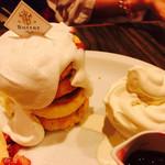 バター&デリーモ カフェ ダイニング - 3段スフレパンケーキ
