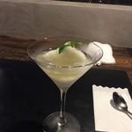 魅惑の酒屋 mikami - 食べてるとワインが注がれます。