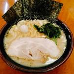 横浜家系ラーメン 孝太郎 - ラーメン並は680円で麺量170g。大判のホロホロチャーシュー1枚、茹でたほうれん草多め、しっかりとした海苔3枚、鶉の茹で玉子、刻み白葱少々。
