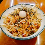 横浜家系ラーメン 孝太郎 - ネギチャ丼 280円  ライスは200gくらい?白髪葱ににんにくっぽい辛味と少酸味、醤油の塩気に胡麻油かな?細切れチャーシューも割と入っていて、葱は多いし、良いサイド。上には刻み海苔と鶉の茹で玉子。