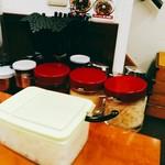 横浜家系ラーメン 孝太郎 - 刻み玉葱、豆板醤、にんにく、刻み生姜などでカスタム。