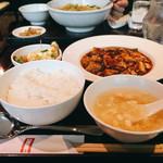 過門香 - 麻婆プリフィクスランチ @1,500円 ちなみに奥は一緒に伺った同僚の坦々麺。麻婆豆腐と同じく山椒で痺れる辛さとのこと。 辛いもの好きな私ですが、次回は辛くないメニューをオーダーしようと思いました。