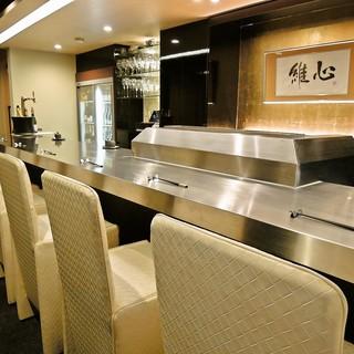 シックな大人の雰囲気の中、高級天ぷらとシャンパンでもてなす