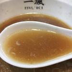 74249917 - 「豚骨」、「煮干し」、「野菜」の旨味を感じる事のできる秀逸なスープです。