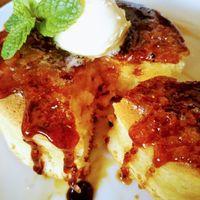 実家カフェ - ふんわり・もっちり厚いホットケーキの上にパリパリのキャラメリゼ