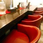 中村屋 - 高そうな椅子が並ぶカウンター席。店内の経年劣化は否めないものの、居心地は悪くない。
