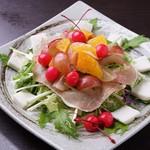 花火の宴 - 生ハムと季節のフルーツサラダ
