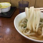 手打うどん 松岡 - うどんは美味しんだけどな〜 今日は出汁が少し煮詰まって辛かった
