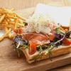スモークサーモンとフレッシュ野菜のサンドウィッチ