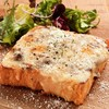 ボロネーゼとモッツァレラチーズのピザトースト