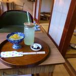実家カフェ山田 - ゆずジュースと本日のわらびもち