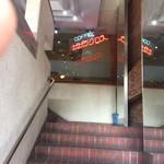 サザンクロス - 階段を左に上がったら店の入り口が有ります。 正面にネオンサイン