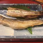 魚旬 うさぎ家 - 鵡川の柳葉魚 オス(奥)メス(手前) ちょっと齧っちゃいました…