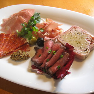 グループのお客様に◎人気メニュー「肉盛り前菜5種盛り」