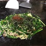 廣末屋 - 刻み海苔と糸唐辛子を乗せてニラ塩焼きそば完成!