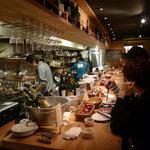 料理店 Caiotto - 調理風景や素材が見えるオープンカウンター