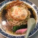 桂花飯店 - 海苔と揚げ卵の冷やしラーメン。
