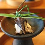 柚木元 - 白和えの生地の上にムラサキアンズ茸、ヤブラン(藪蘭)で作ったバッタが可愛い