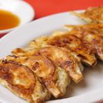 ラーメン福 - 肩ロースのミンチ肉と国産野菜を使った餃子は、毎日お店で手作りしています。