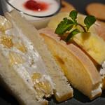 資生堂パーラー サロン・ド・カフェ - 山県産もんげーバナナ®のサンドウィッチ