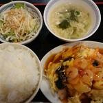 中華料理 華 - ランチメニュー(税込み700円)が2種類。この日は、エビと卵の炒めもの。