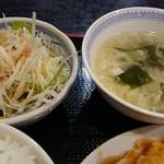 中華料理 華 - ランチメニュー(税込み700円)についてきた中華スープと野菜サラダ。