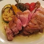 ビストロ酒場らくだ - 鴨もも肉と野菜のオーブン焼き ローズマリー風味