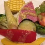エミット フィッシュバー オイスター&グリル - 季節野菜のアップ(ドレッシングを掛けたあと)