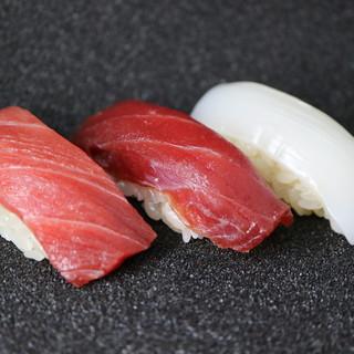 """魚は""""握り""""を想定し仕入れ。大将が厳選した鮮魚は上質な一貫に"""