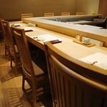 鮨 福元 - ヒノキのカウンターでごゆっくりとお食事をお楽しみ下さい